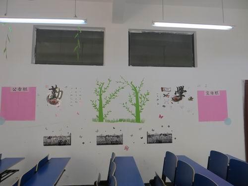 """政法学院""""教室文化节""""促进了同学们教室卫生""""随堂清""""、校园卫生""""随手捡""""等好习惯的养成,美化了教室环境,陶冶了情操,彰显了各班级文化建设的特色.图片"""