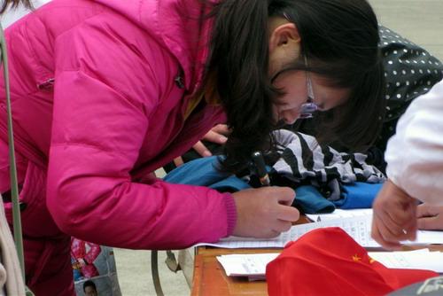 校青年志愿者组织开展衣物捐赠活动